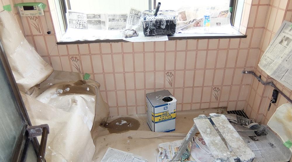 浴室の天井塗装②~微弾性塗料を塗る~下塗りから上塗りまで