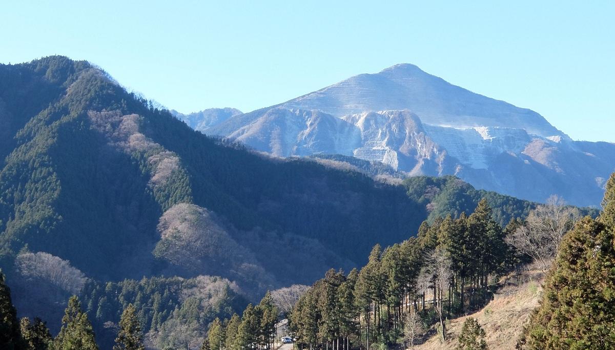 「丸山」①武甲山が好展望な上り坂~削られた姿が痛々しい